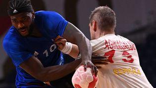 Dika Mem et les Bleus affrontent l'Espagne en phase de groupes à Tokyo. (MARTIN BERNETTI / AFP)