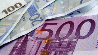 Un billet de 500 euros glissé sous d'autres coupures de la monnaie unique. (BERNARD JAUBERT / ONLY FRANCE / AFP)