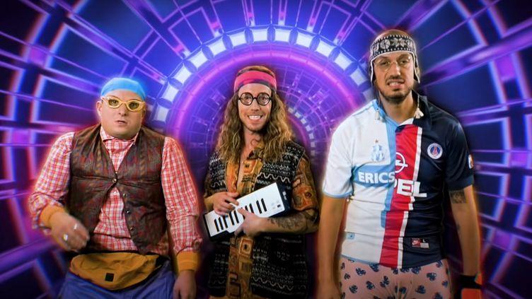 """La chanteur Julien Doré entouré des Youtubeurs McFly et Carlito, dans le clip de """"La chanson des choses inutiles"""" (janvier 2020). (SAISIE ECRAN YOUTUBE)"""