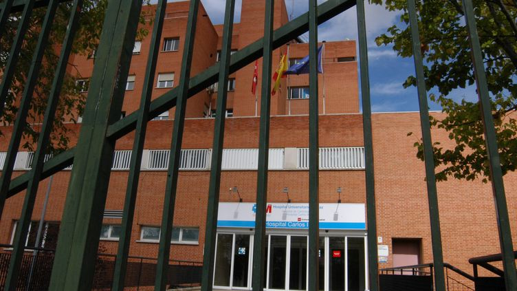 Entrée de l'hôpital où est soignée l'infirmière espagnole souffrant d'Ebola, à Madrid (Espagne), le 10 octobre 2014. (SENHAN BOLELLI / ANADOLU AGENCY)