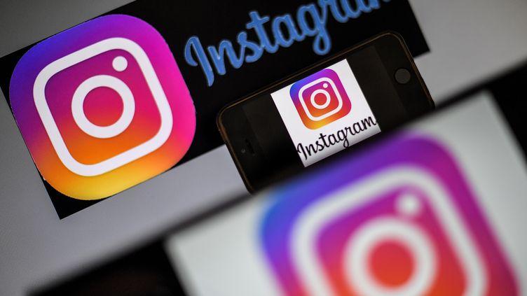 Le logo du réseau social Instagram apparaît sur un smartphone, photographié à Nantes, le 2 mai 2019. (LOIC VENANCE / AFP)