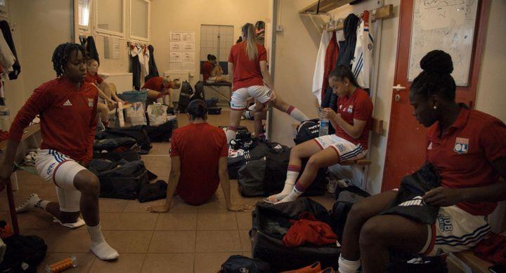 Stéphanie Gillard est au plus près de joueuses de l'OL dansle documentaire Les Joueuses. (Rouge Distribution)