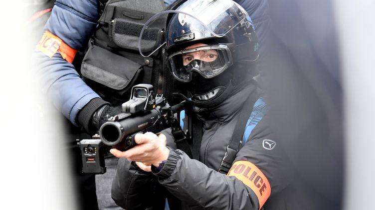 Un policier met en joue un LBD 40 lors d'une manifestation à Paris, le 11 janvier 2020. (BERTRAND GUAY / AFP)