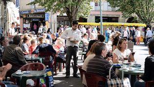Un serveur au milieu des tables en terrasse d'un restaurant, à Revel (Haute Garonne). (REMY GABALDA / AFP)