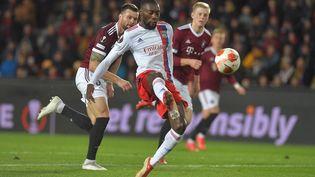 Karl Toko Ekambi, jeudi 21 octobre lors de son doublé sur la pelouse du Sparta Prague (4-3). (MICHAL CIZEK / AFP)