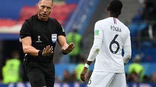L'arbitre Nestor Pitana s'adresse à Paul Pogba, le 6 juillet 2018, lors du match Uruguay-France, à Nijni-Novgorod (Russie). (FRANCK FIFE / AFP)