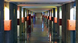 """Un couloir de la """"Cité radieuse"""" à Marseille (Bouches-du-Rhône), construite par Le Corbusier en 1952. (BORIS HORVAT / AFP)"""