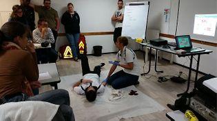 (Formation aux premiers secours dispensée par la Croix Blanche à Evry © Radio France / Cécilia Arbona)