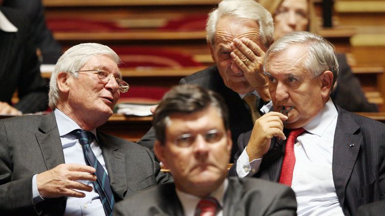 Le président du groupe UMP au Sénat, Josselin de Rohan, aux côtés de Roger Romano et de l'ancien Premier ministre Jean-Pierre Raffarin, le 2 octobre 2007 au Sénat. (THOMAS COEX / AFP)