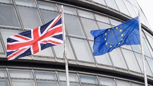 Un drapeau britannique et un drapeau européen, à la City. (LEON NEAL / AFP)