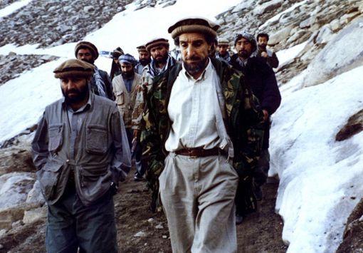 Le commandant Ahmad Chah Massoud marchant avec un autre responsable moudjahidine, Abdul Haq,dans le nord-est de l'Afghanistan, à une date non précisée. (AFP)