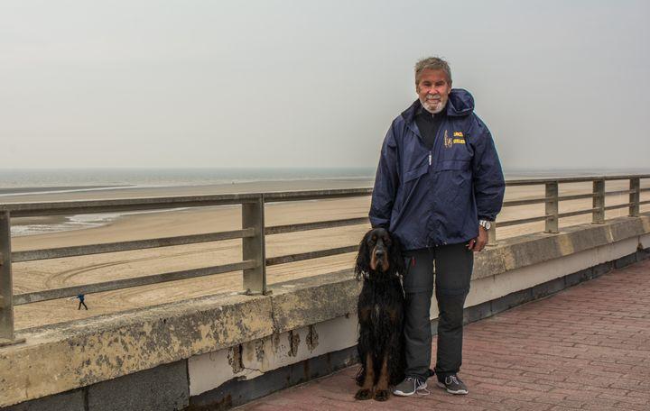 Fabrice Gosselin, duCollectif contre la prolifération des phoques,sur une plage du Touquet (Pas-de-Calais), le 24 mai 2018. (MATHILDE GOUPIL / FRANCEINFO)