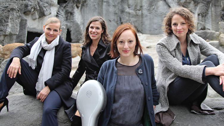 Angelika Bachmann (violon et chant), Iris Siegfried (violon et chant), Soja Lena Schmid (violoncelle et chant) et Anne-Monika von Twardowski (piano et chant) forment le quatuor Salut Salon.  (Thorsten Wingenfelder)