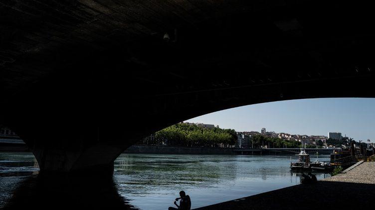 Un pont sur le Rhône, à Lyon, le 25 juin 2020. (JEFF PACHOUD / AFP)