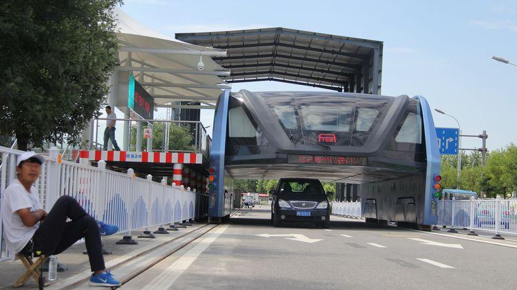Un prototype du bus TEB-1 avait été testé sur une piste dans la ville de Qinhuangdao (Chine), le 2 août 2016. (ZHAO NAIYU / IMAGINECHINA / AFP)