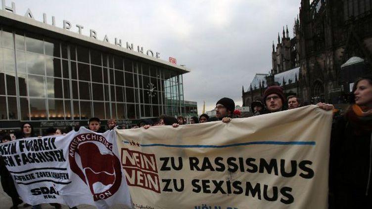Cologne (Allemagne), le 6 janvier 2016. Manifestation sur la place de la gare centrale de Cologne où, dans la nuit du 31 décembre au 1er janvier, plusieurs centaines d'agressions ont été perpétrées, essentiellement sur des femmes.  (OLIVER BERG/DPA)