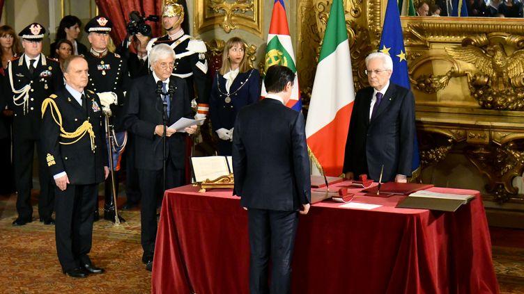 Le nouveau chef du gouvernement italien, Giuseppe Conte,prête sermentsur la Constitution devant le président de la République Sergio Mattarella, le 1er juin 2018 à Rome. (ALBERTO PIZZOLI / AFP)