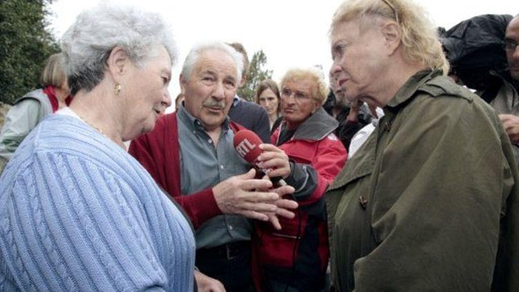 lJeanne et Claude Morfoisse, les parents de Thierry, avec l'écologiste Eva Joly, le 5 août 2011 à Hillion (Côte d'Armor) (AFP/ KENZO TRIBOUILLARD)