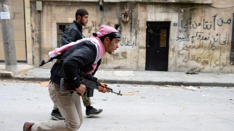 Des combattants rebelles syriens à Alep, dans le nord de la Syrie, le 26 octobre 2012. (PHILIPPE DESMAZES / AFP)