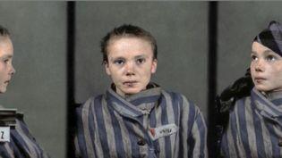 Les clichés recolorisés de Czesława, déportée au camp d'Auschwitz, en Pologne, durant la Seconde guerre mondiale. (FRANCE 2)
