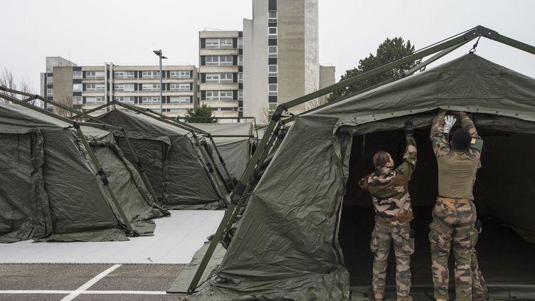 L'hôpital de campagne en cours de construction à Mulhouse, le 21 mars 2020. (SEBASTIEN BOZON / POOL / AFP POOL)