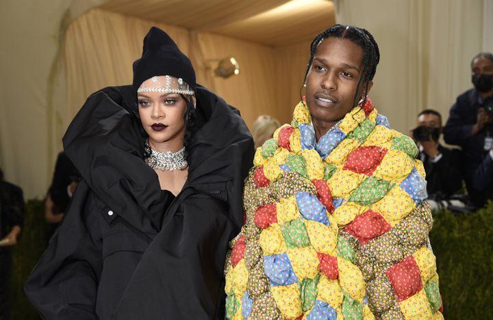 La chanteuse et femme d'affaires Rihanna et le rappeur ASAP Rocky, au gala du Met le lundi 13 septembre 2021 à New York (Etats-Unis). (EVAN AGOSTINI/AP/SIPA / SIPA)