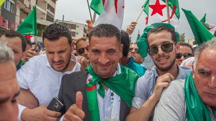 Karim Tabbou (au centre) à Béjaia, lors de la manifestation du 24 mai 2019. (SAMIR MAOUCHE / HANS LUCAS)