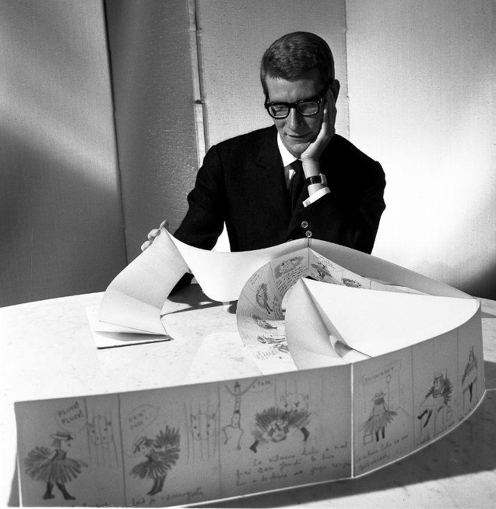 Yves Saint Laurent et les planches originales de La Vilaine Lulu, le 5 juin 1964  (Robert Doisneau/RAPHO)