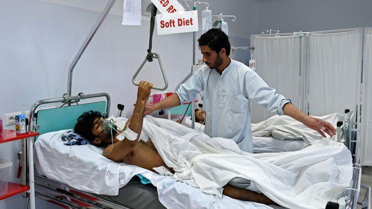 Un membre du personnel de MSF blessé dans le bombardement de l'hôpital de Kunduz (Afghanistan) est soigné, le 5 octobre 2015. (WAKIL KOHSAR / AFP)