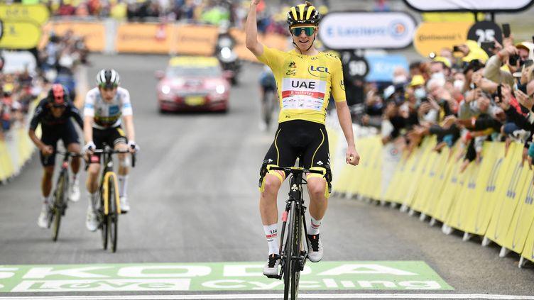 Tadej Pogacar, le poing levé au sommet deLuz Ardiden, pour sa troisième victoire d'étape sur le Tour de France 2021, le 15 juillet. (PHILIPPE LOPEZ / AFP)