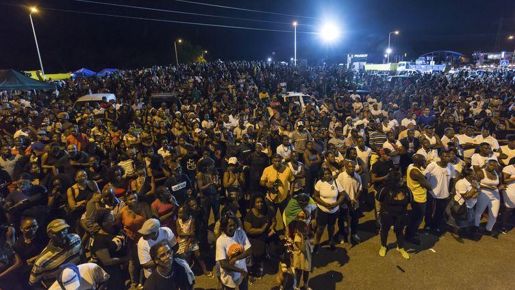Des milliers de personnes se sont rassemblées en Guyane, le 25 mars 2017 pour un meeting près de Cayenne. (JODY AMIET / AFP)