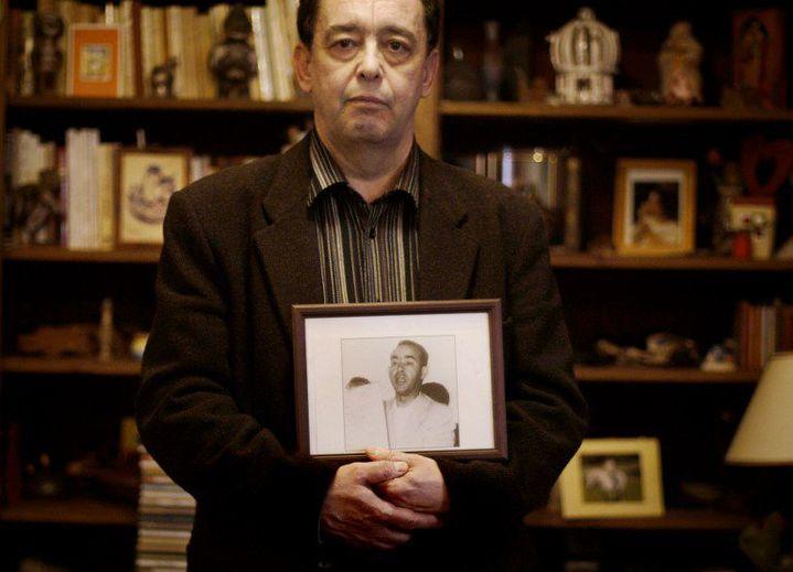 Bachir Ben Barka, le fils de Mehdi Ben Barka, pose avec un portrait de son père, le 24 Janvier 2008 à Belfort. (JEFF PACHOUD / AFP)