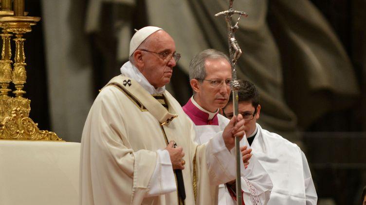 Le pape François lors de la messe de minuit le 24 décembre 2015 à la basilique Saint-Pierre. (BARIS SECKIN / ANADOLU AGENCY / AFP)