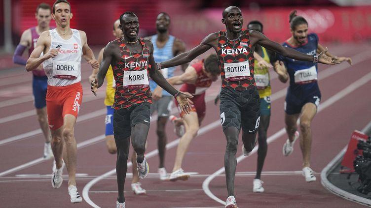 Les Kényans Emmanuel Korir et Ferguson Rotich, lors de la finale du 800 mètres des Jeux olympiques de Tokyo. (NurPhoto via AFP)