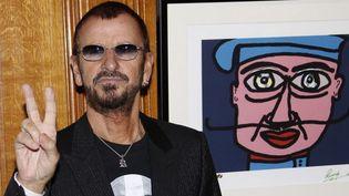 Ringo Starr devant un de ses tableaux exposés à Monaco en septembre 2013  (VALERY HACHE / AFP)