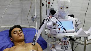 Un patient volontaires examiné par le robot Cira-3, conçu par un ingénieur égyptien, à l'hôpital privé de la ville de Tanta, au nord du Caire. (MOHAMED ABD EL GHANY / Reuters)