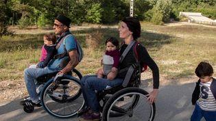 """Livre : """"En fauteuil à deux"""", l'histoire de Julie et Hamou Aïbout parents handicapés, mais comblés (Capture d'écran franceinfo)"""