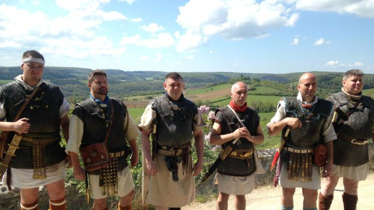 Les légionnaires romains lors de leur départ sur la colline éternelle de Vézelay dans l'Yonne. (Jules Brelaz / Radio France)