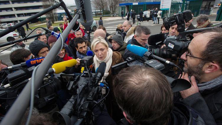La présidente du FN Marine Le Pen devant l'usine PSA de Sochaux, le 23 janvier 2015. (SEBASTIEN BOZON / AFP)