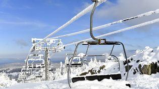 Des remontées mécaniques à l'arrêt sur le domaine skiable alpin de la Mauselaine, à Gérardmer (Vosges), le 9 janvier 2021. (MAXPPP)