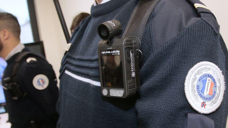 Illustration d'une caméra-piéton sur un agent de police en 2016. (JACQUES DEMARTHON / AFP)