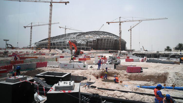 Des ouvriers sur le chantier du stadeAl-Wakrah, à Doha (Qatar), en construction pour la Coupe du monde de football organisée en 2022 dans le pays. (RAMIL SITDIKOV / SPUTNIK / AFP)