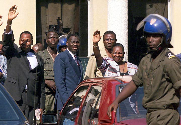La Secrétaire générale du RDR, Henriette Diabaté (D), Amadou Gon Coulibaly (G) et N'Golo Coulibaly (C), députés RDR, le parti de l'opposant Alassane Ouattara, saluent leurs militants en quittant le 12 novembre 1999 le palais de Justice d'Abidjan (Côte d'Ivoire) après avoir été condamnés à deux ans de prison ferme. (ISSOUF SANOGO / AFP)