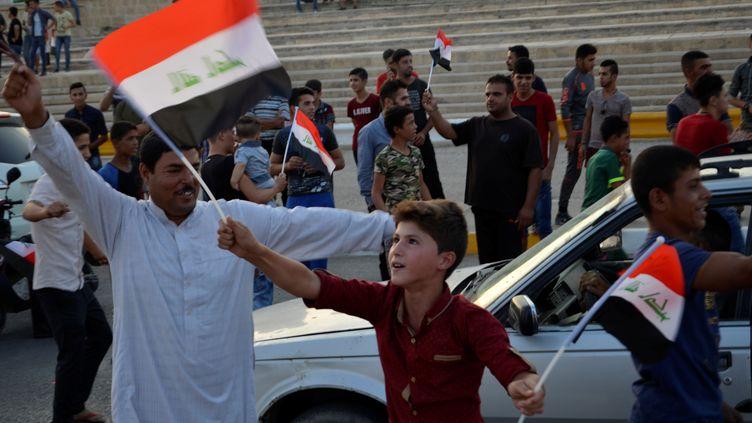 Des civils irakiens célèbrent la libération de Mossoul, en Irak, le 9 juillet 2017. La villea été reprise par l'armée irakienne au terme de plusieursmois de combat contre l'organisation Etat Islamique (EI). (REUTERS)