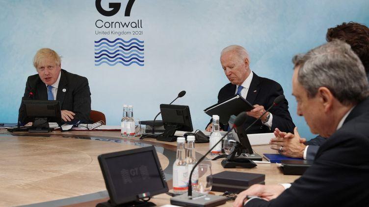 Le chef du gouvernement britannique, Boris Johnson, et le président des Etats-Unis, Joe Biden, lors d'un sommet du G7 àCarbis Bay (Angleterre), le 11 juin 2021. (KOJI ITO / YOMIURI / AFP)