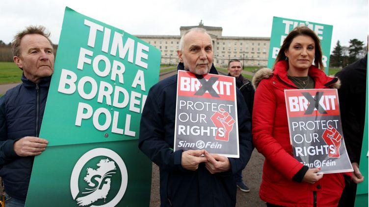 Des militantsdu parti nationaliste Sinn Fein manifestent contre le Brexit et pour un référendum sur l'unité de l'Irlande, le 31 janvier 2020 à Belfast. (PAUL FAITH / AFP)