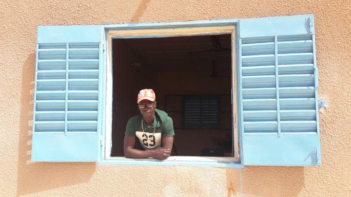 Mamadou, rongé par la honte d'avoir dépensé l'argent de sa famille. (SANDRINE ETOA-ANDEGUE / RADIO FRANCE)