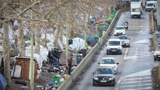 Un campement au niveau de la porte de la Chapelle à Paris, en janvier 2020. (FRED DUGIT / MAXPPP)