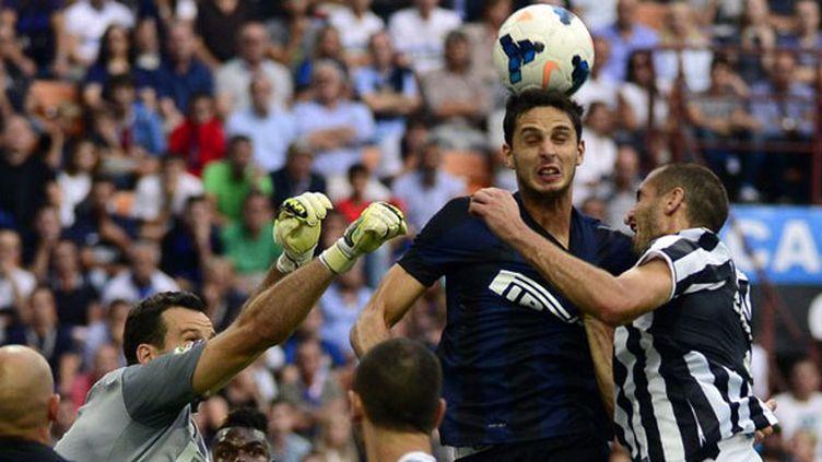 Le défenseur interiste Ranocchia au duel aérien face à Giorgio Chiellini