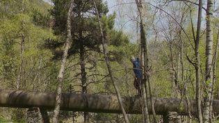 Jimmy Vial ambitionne de nettoyer les Pyrénées de tous ses déchets. Passionné de course à pied, il parcourt les alpages avec une énorme poubelle sur son dos. (CAPTURE ECRAN FRANCE 2)